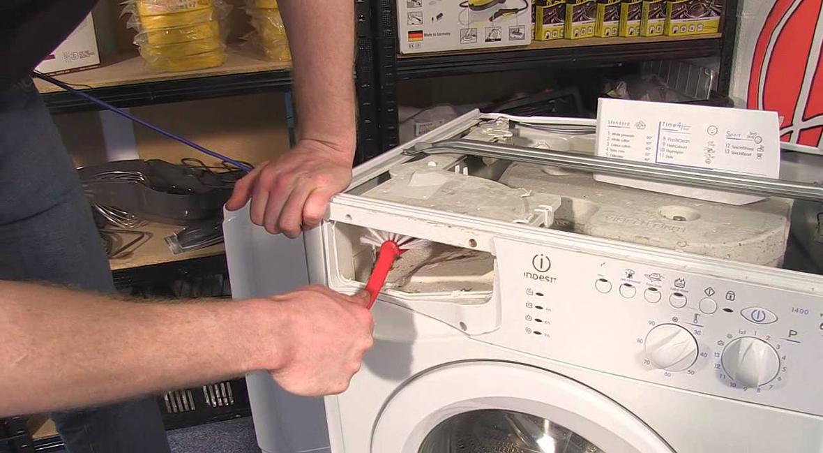 تمیز کردن جاپودری ماشین لباسشویی _ در این مطلب علت آبگیری نکردن ماشین لباسشویی را برای تان توضیح می دهیم و راهکار های رفع عیب نیامدن آب و یا آب نکشدن شیر برقی را شرح میدهیم